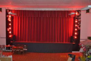 Bildgalleri Royal i ånäset, inför pubkväll med musikquiz och karaoke. Stämningsfullt med röda dukar och belysning vid scen och bar.